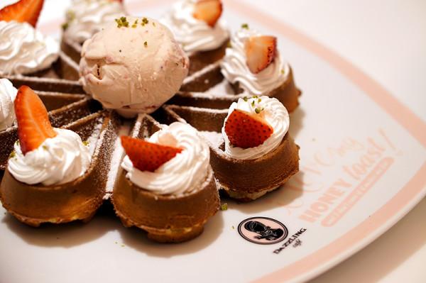 Dazzling Cafe Singapore, Capitol Piazza - Strawberry Ice Cream Waffle