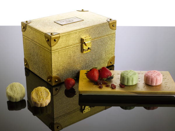 Mid-Autumn 2016 at Golden Peony Conrad Centennial Singapore - Gold Box with Snowskin 2016